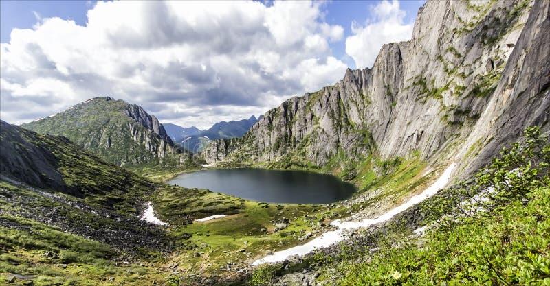 lac de montagne de Dur-à-portée, Russie, Extrême Orient photos stock