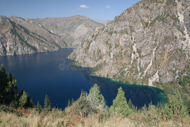 Lac de montagne du Kyrgyzstan photographie stock libre de droits