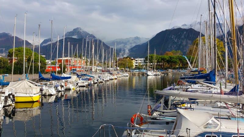 Lac de montagne ou paysage marin avec voiliers en automne images stock