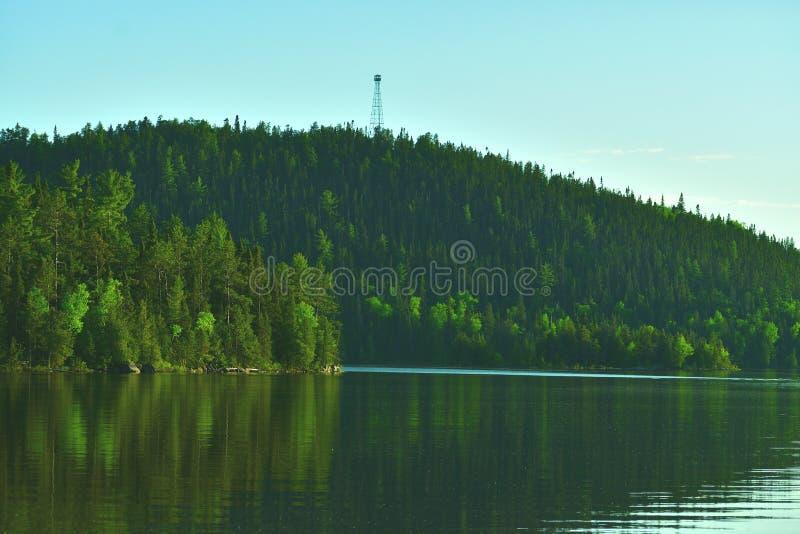 Lac de négligence Ontario du nord de tour de feu photos libres de droits