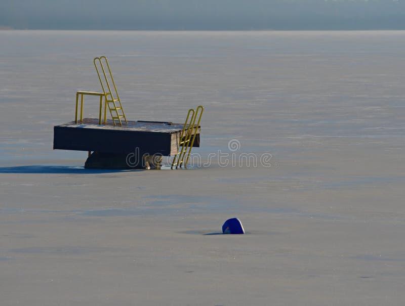 Lac de natation de station de vacances avec de la glace dans le jour ensoleillé d'hiver Piscine abandonnée photo libre de droits