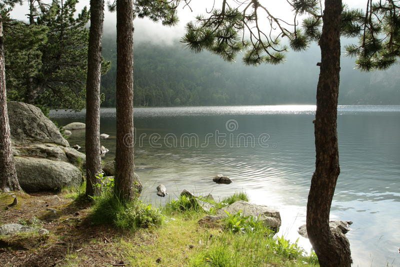 Lac de Querigut dans Pyrénées images stock