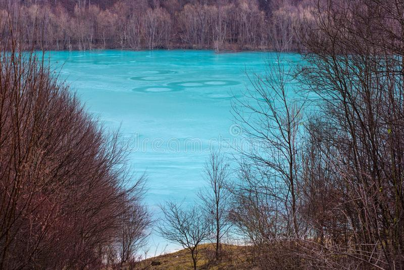 Lac de rebut turquoise souillé avec des résiduels d'exploitation dans Geama image libre de droits