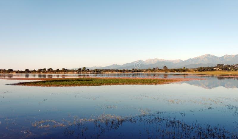Lac de rosse de Teppe en Corse images stock