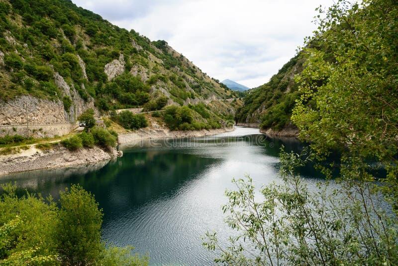 Lac de San Domenico dans les gorges du Sagittaire photos stock