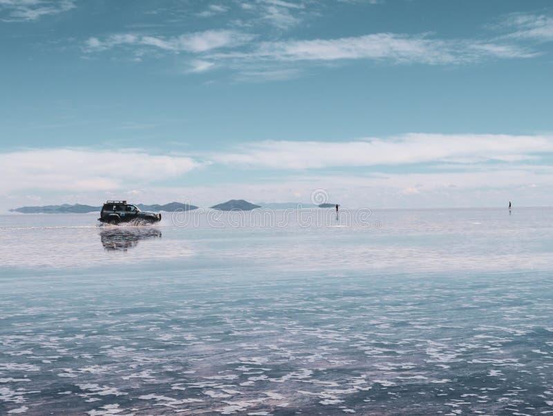 Lac de sel et véhicule boliviens, Salar de Uyuni photographie stock