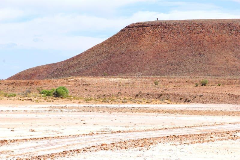 Lac de sel rose le long des montagnes, à l'intérieur Australie du sud photographie stock