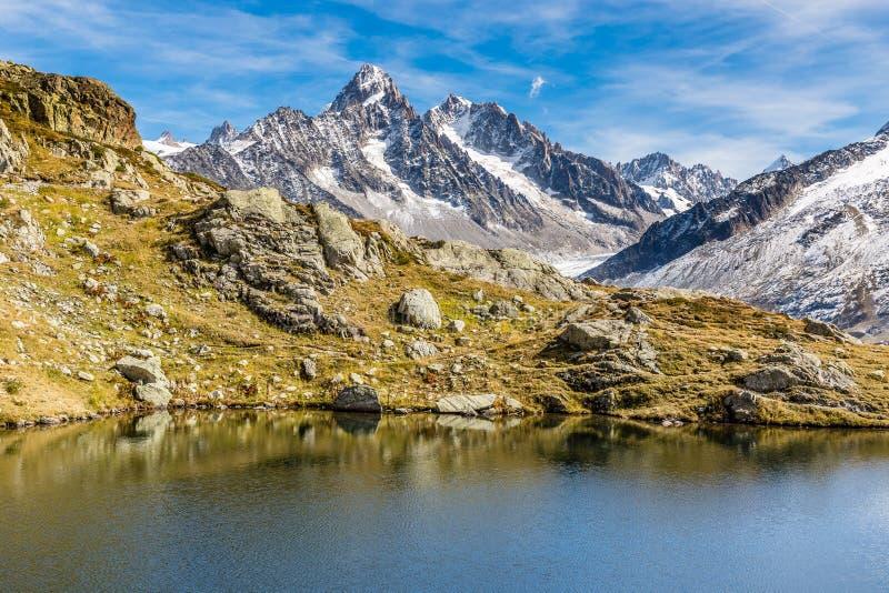 Lac des Cheserys en en Bergketen - Frankrijk stock fotografie