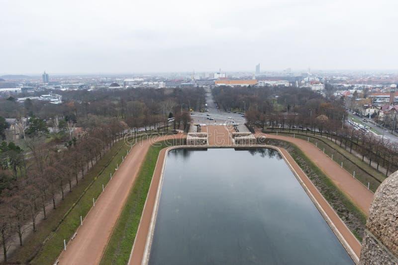 Lac des larmes devant le monument à la bataille des nations à Leipzig, Allemagne images libres de droits