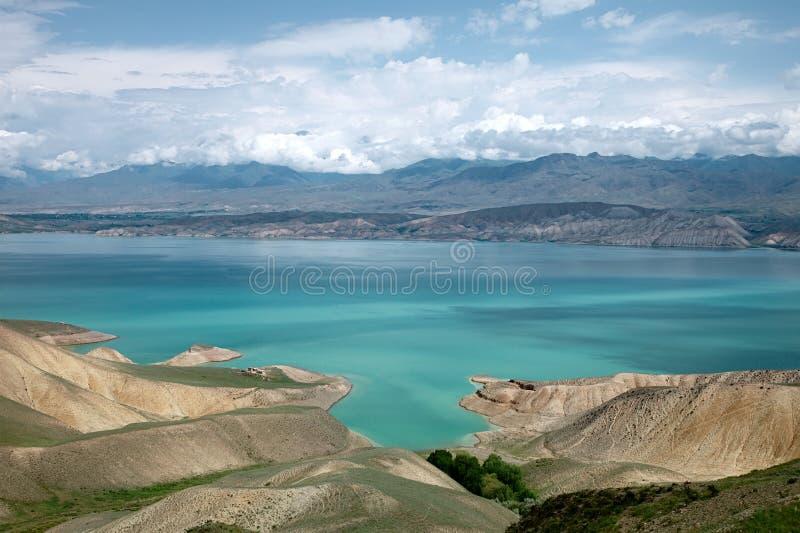 Lac des montagnes de montagne de Toktogul en le Kyrgyzstan images libres de droits