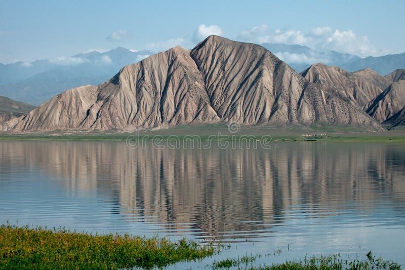 Lac des montagnes de montagne de Toktogul en le Kyrgyzstan image stock