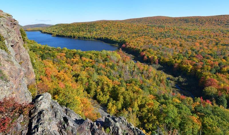 Lac des nuages dans la couleur d'automne photos stock