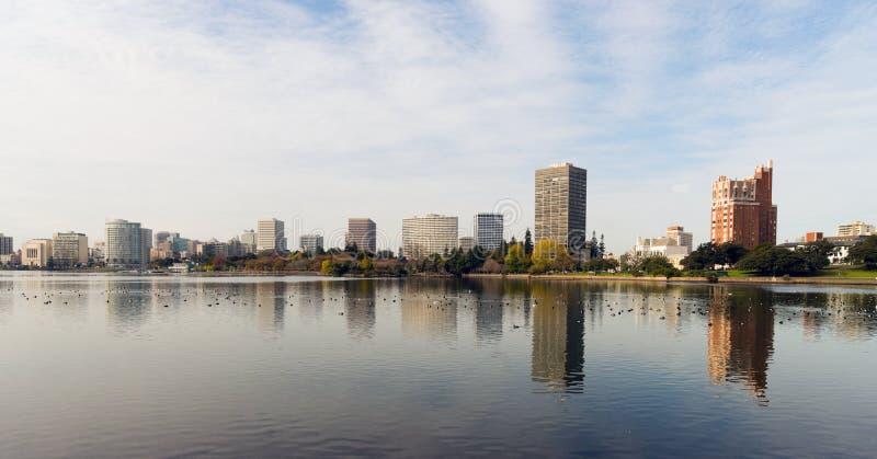 Lac du centre Merritt skyline de ville d'après-midi d'Oakland la Californie image libre de droits