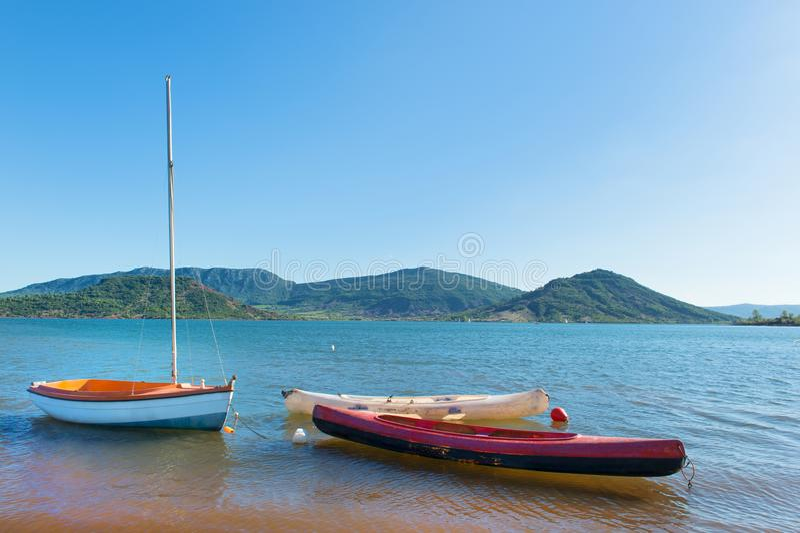 Lac du Salagou in Frankreich stockfotografie