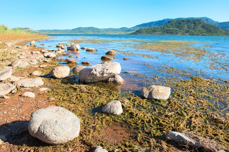 Lac du Salagou in Frankreich lizenzfreies stockbild