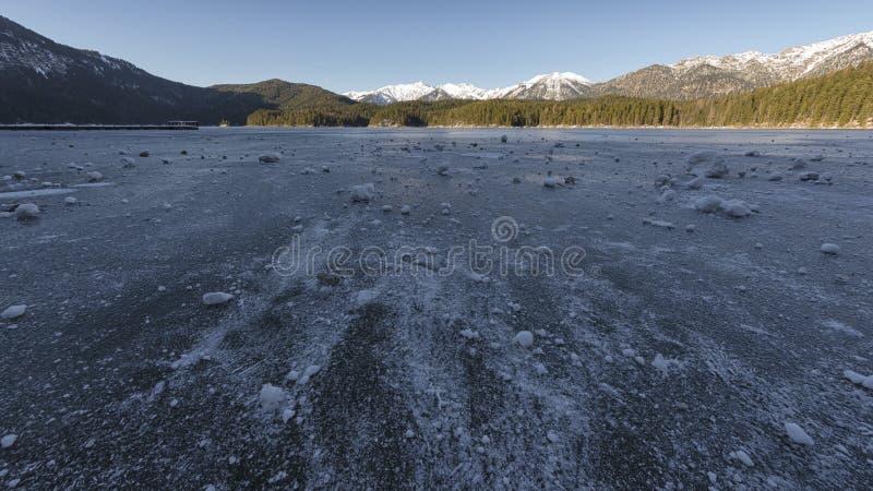 Lac Eibsee congelé en hiver image stock