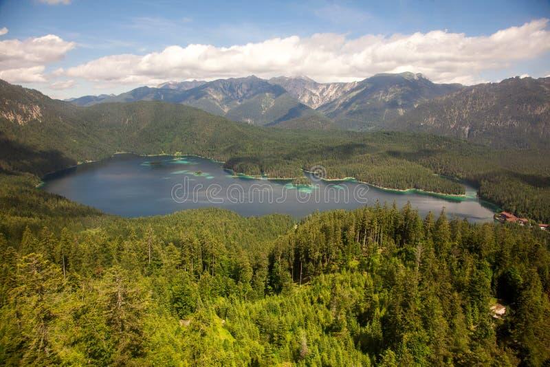 Lac Eibsee et vue aérienne de montagnes, Allemagne images stock