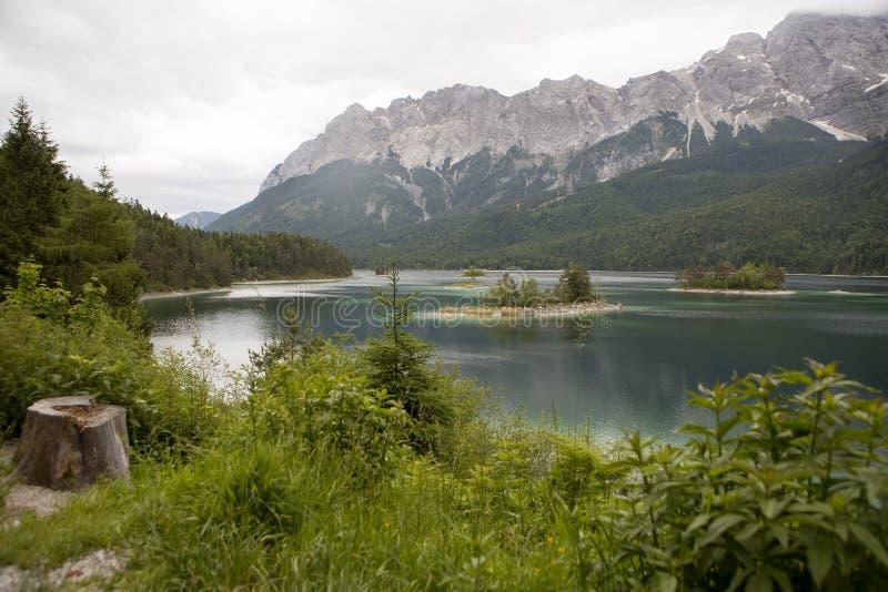 Lac Eibsee, montagnes bavaroises, Allemagne Mountainn photo libre de droits