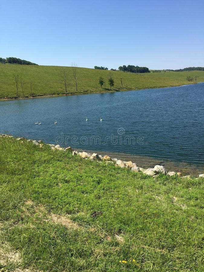 Lac en collines photos stock