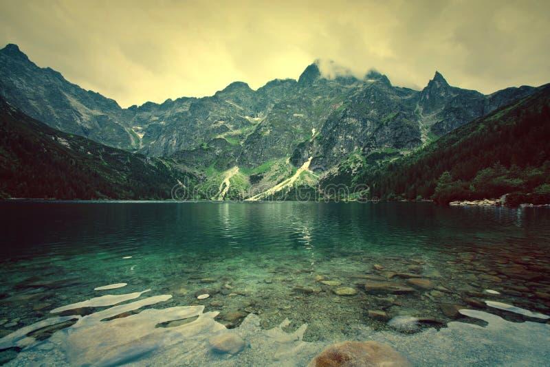 Lac en montagnes images libres de droits