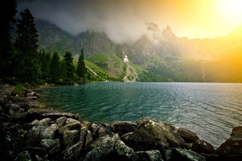 Lac en montagnes photographie stock