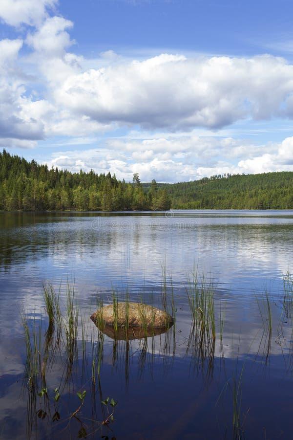 Lac en Suède avec des nuages photos stock