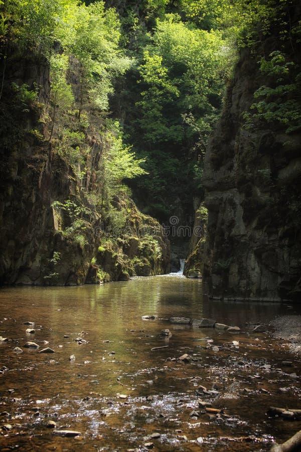 Download Lac entre les roches image stock. Image du gravier, réflexion - 56490565