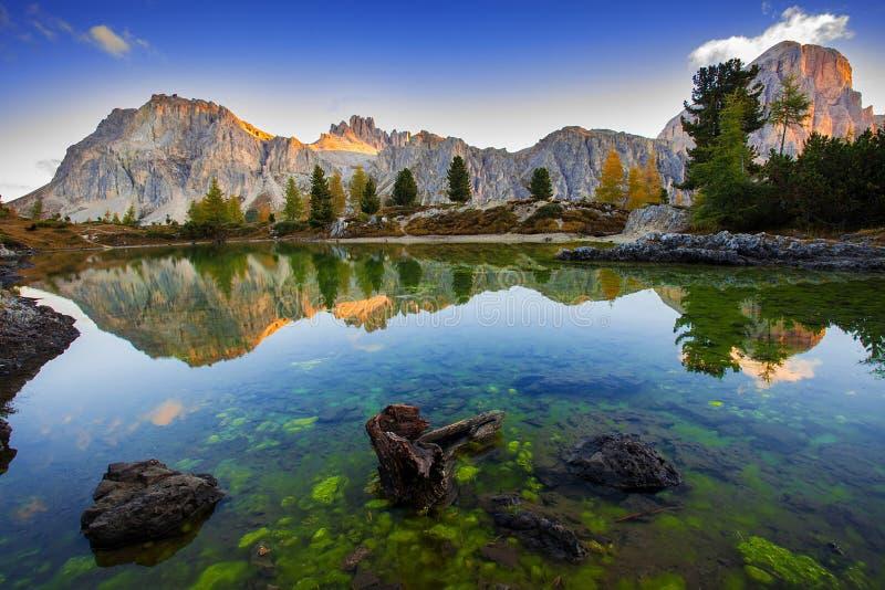 Download Lac Et Bâti Lagazuoi, Dolomites Limides Image stock - Image du bleu, dolomite: 45359151