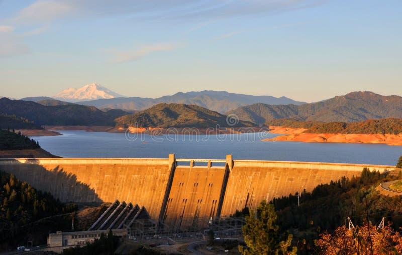 Lac et barrage Shasta au coucher du soleil photographie stock libre de droits