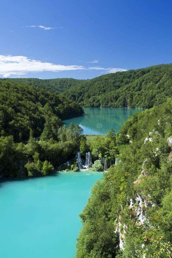 Lac et cascade à écriture ligne par ligne dans Plitvice image stock