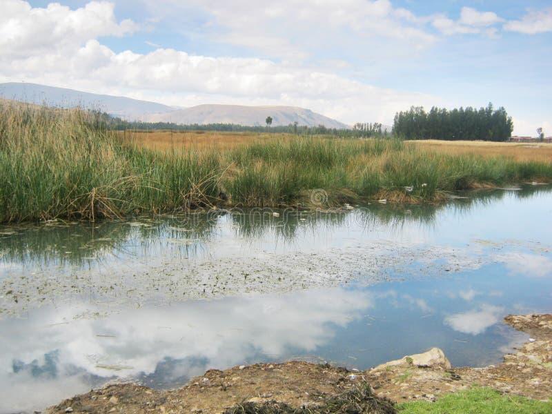 Lac et ciel dans Perú photographie stock libre de droits