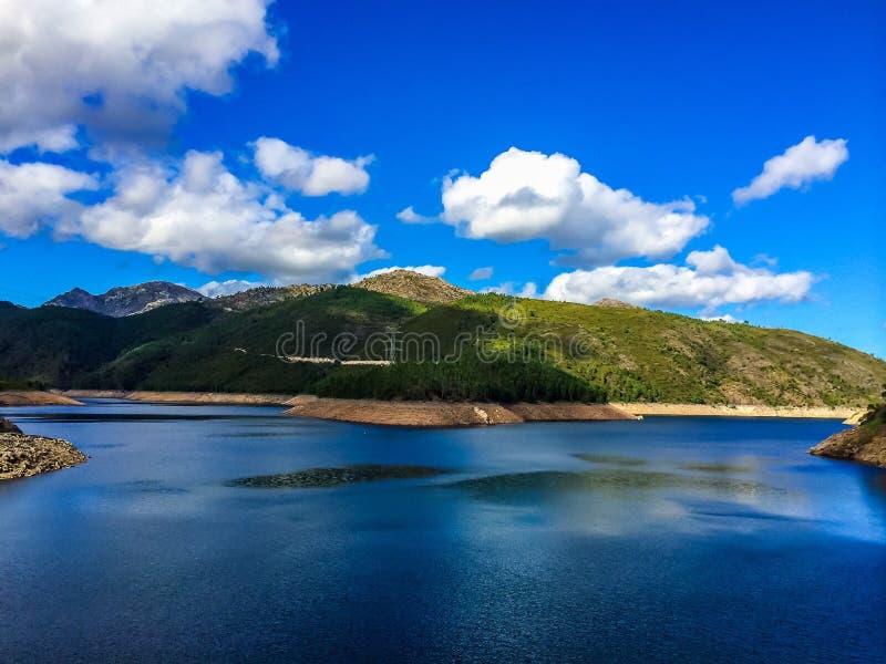 Lac et cieux bleus photo stock