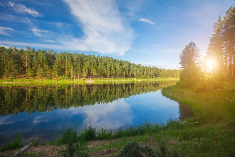 Lac et coucher du soleil photographie stock libre de droits
