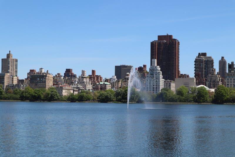 Lac et fontaine central Park avec l'horizon de Manhattan sur le dos image stock