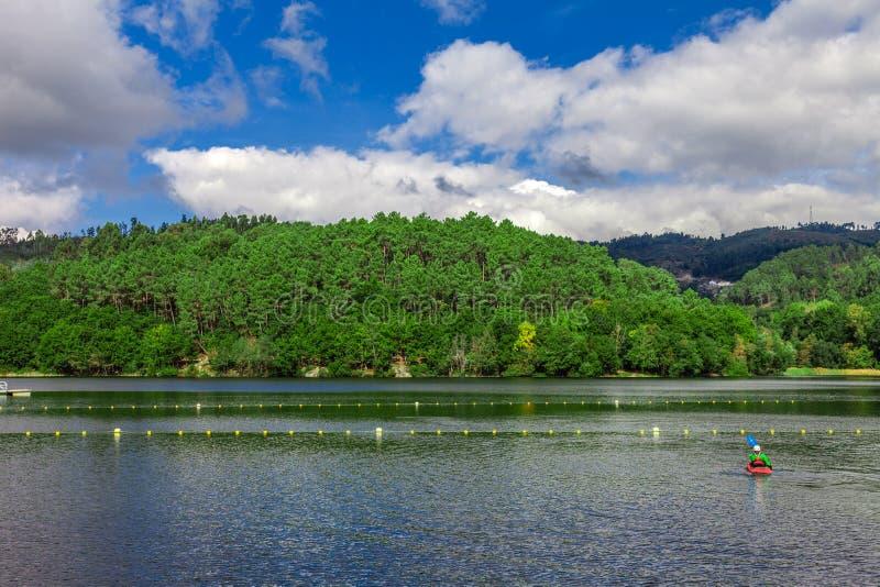 Lac et forêt dans Minho, Portugal photos stock