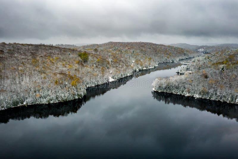 Lac et for?t s'approchant de l'hiver photo stock