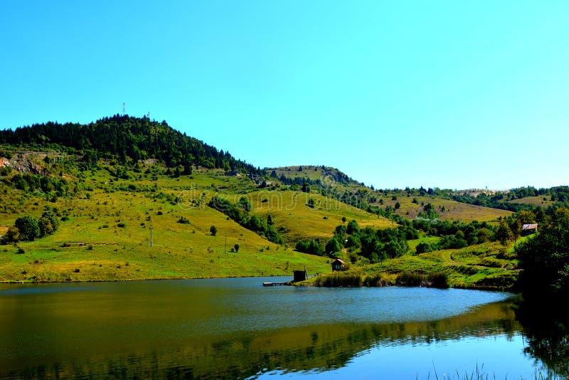Lac et landcsape dans Rosia Montana, montagnes d'Apuseni photographie stock libre de droits