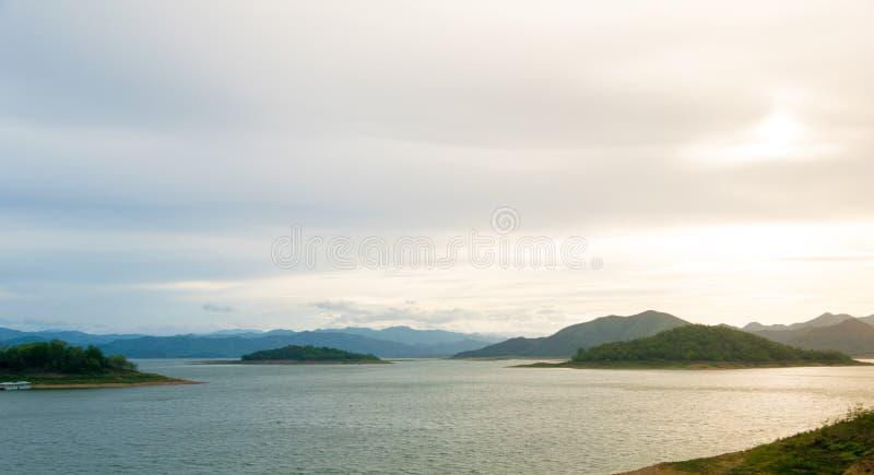 Lac et montagne de coucher du soleil image libre de droits