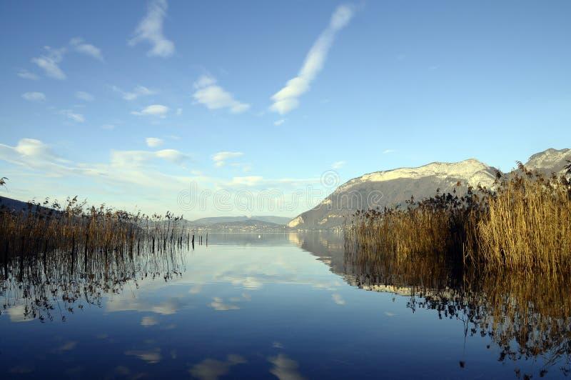 Lac et montagnes annecy photo libre de droits