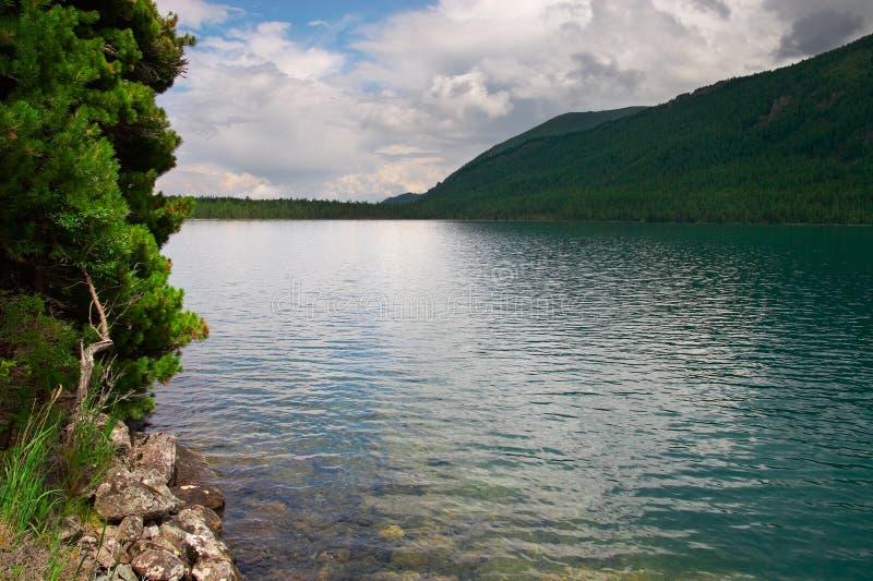 Lac Et Montagnes Bleus. Image stock