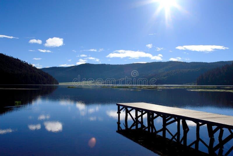 Lac et montagnes bleus photos libres de droits