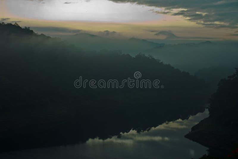 Lac et montagnes dans le matin déprimé photo libre de droits