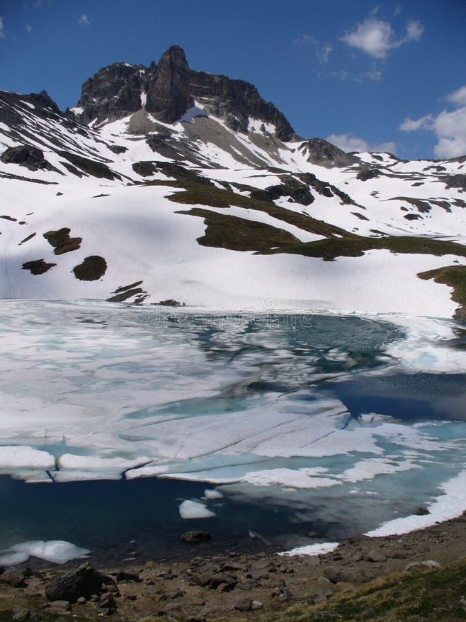 Lac et montagnes dans les Alpes français photographie stock