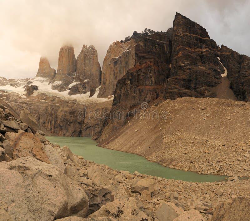 Lac et montagnes renversantes de Torres dans le Patagonia Parc national de Torres del Paine, Patagonia, Chili le paysage de monta photo stock