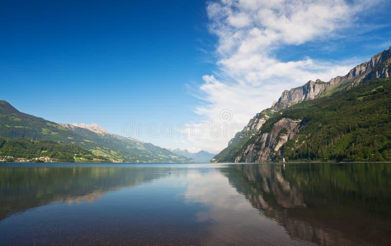 Lac et montagnes sous le ciel bleu. Walensee images libres de droits