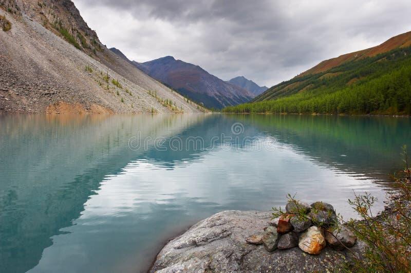 Lac et montagnes turquoise. image stock