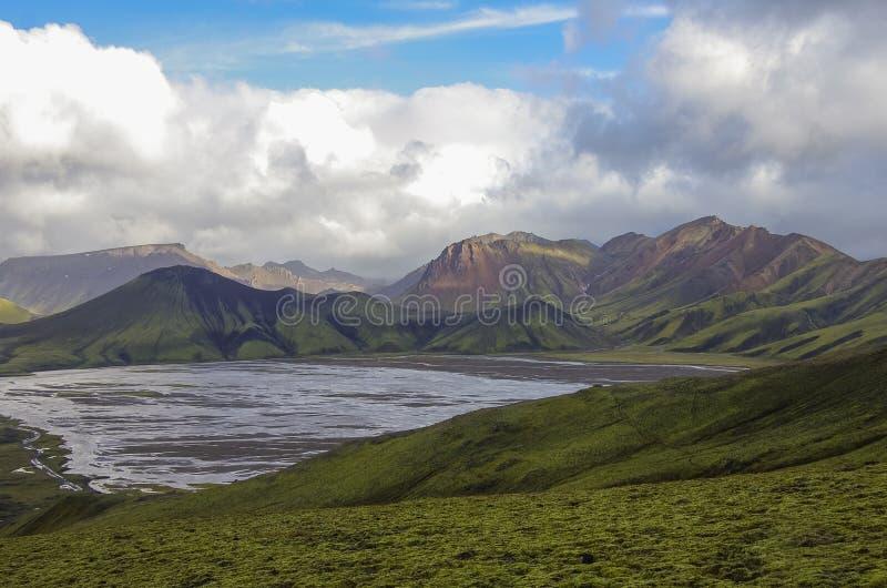 Lac et montagnes volcaniques couvertes de mousse Landmannalaugar Icela photos libres de droits