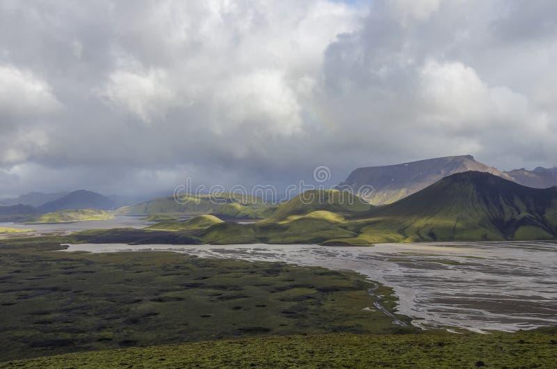 Lac et montagnes volcaniques couvertes de mousse Landmannalaugar Icela images stock