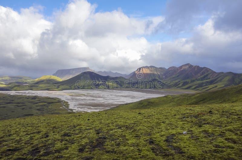 Lac et montagnes volcaniques couvertes de mousse Landmannalaugar Icela photo libre de droits