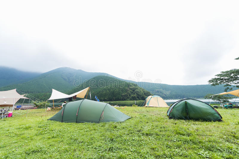 Lac et Mountain View, tentes de camping en préfecture de Yamanashi, J photographie stock
